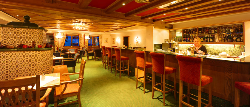 austria_st-anton_hotel-alberg_bar-area.jpg